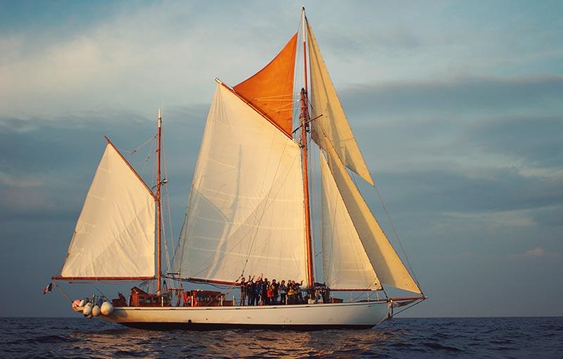 Photo du voilier Skeaf au coucher du soleil - Kerlotec